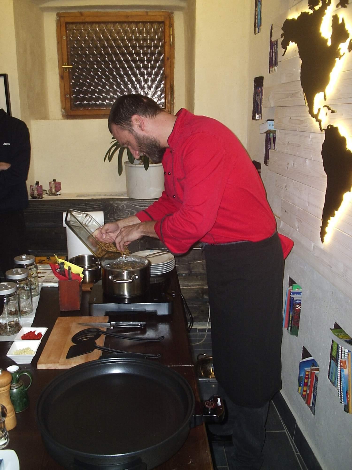 David Švejnoha připravuje moučné červy