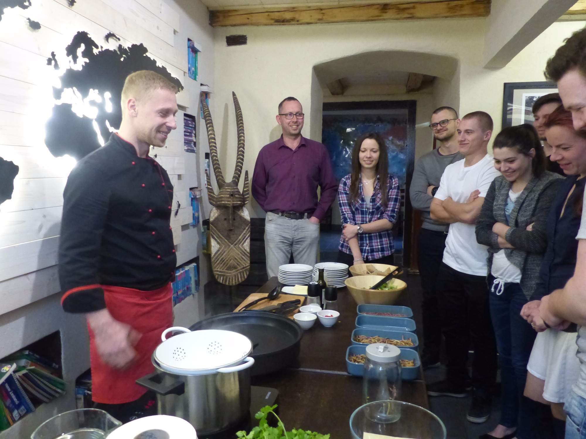 Šéfkuchař seznamuje hosty s jejich stále ještě živou večeří.