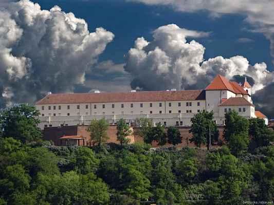 HRAD ŠPILBERK  -  BRNO   Gotický hrad byl založen ve 2. polovině 13. století Přemyslem Otakarem II. jako sídlo moravských markrabat. Posledním zde sídlícím byl markrabě Jošt Moravský. Po jeho smrti Špilberk ztratil funkci rezidence a naopak začal sloužit jako vojenská pevnost, později trestnice. Ve vězeňských kobkách trpěli a umírali revolucionáři z celé Evropy. Pykalo zde i mnoho dalších odsouzenců, z nichž nejslavnejší byl zřejmě pověstný loupežník Babinský. Od roku 1961 je Špilberk ve správě Muzea města Brna, které návštěvníkům nabízí několik prohlídkových okruhů.