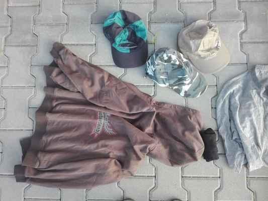2x čepice nalezené na tábořišti, 1x čepice nalezená v autobuse při návratu, hnědá mikina, černé ponožky