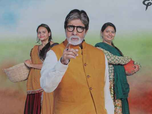 Amitabh Bachchan (* 11. října 1942 Iláhábád) je indický herec. Jeho otcem byl básník Harivansh Rai Bachchan, matkou aktivistka Teji Bachchan. Svou filmovou kariéru zahájil v roce 1969 jako vypravěč ve filmu Bhuvan Shome. První hereckou roli dostal téhož roku ve filmu Saat Hindustani. V roce 2013 hrál ve filmu Velký Gatsby. Během své kariéry získal řadu ocenění, včetně čtyř Národních filmových cen za nejlepšího herce.