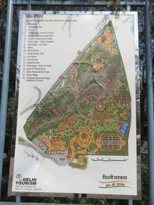 Plánek zahrady.  Architektura Poloha: Zahrada se nachází v blízkosti Qutub památkové zóny.  Plocha: 20,5 akrů.