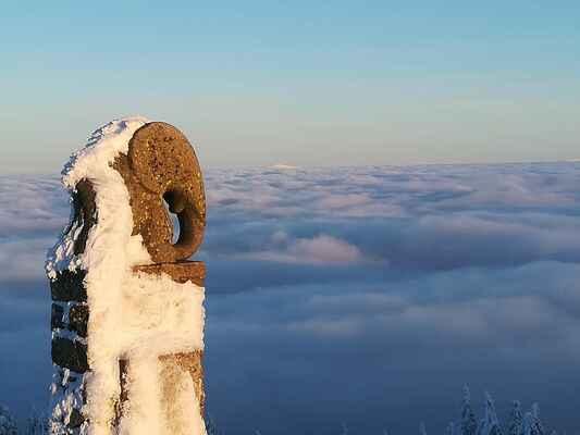 1.11- slůně - symbol Králického Sněžníku, v pozadí vrchol Keprníku