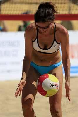 Hrátky s míčem jsou příjemnější, než válení se v rozpáleném písku.