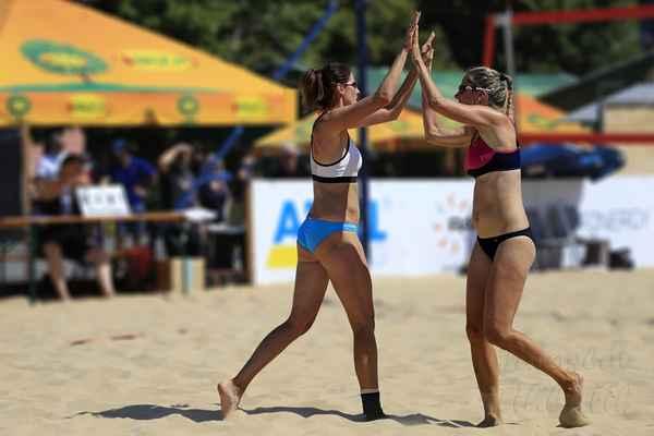 Bod připsán. Důležitou součástí každé odehrané výměny v plážovém volejbale je vítězné plácnutí.