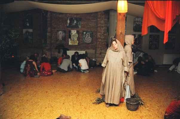 2004 festival skalka čarodějnice u kůlu - den kdy se v českých zemích tradičně pálí čarodéjnice jsme využili k transformaci tohoto postoje v kolektivním nevědomí ( ve spojitosti se středověkými hony na čarodějnice) Temná a silná stránka ženství je namísto odsouzení oslavena - dříve než inkvizitoři podpálí hranici, čarodějnice odloží pláště a odhalí svou pravou tvář - jsou to tři podoby ženství _ Bohyně panna, Bohyně Matka a Bohyně Stařena