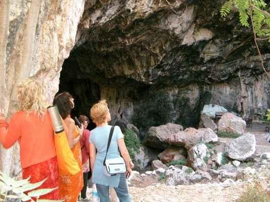 2004 mysterium Kréty - jeskyně Skoteino - před sestupem do jeskyně k našim vlastním hlubinám ohromeny monumentálním vchodem