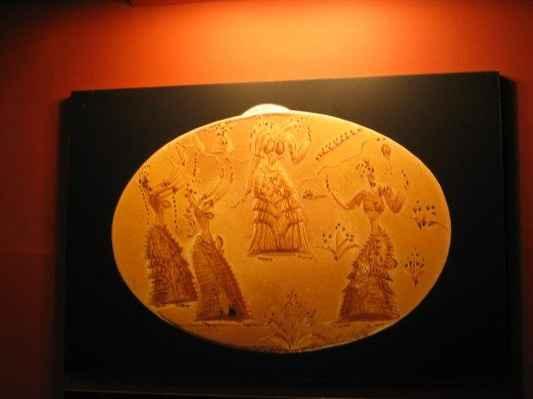 2004 mysterium kréty - muzeum - minojský prsten - Minojský pečetní prsten zobrazuje ženský rituál