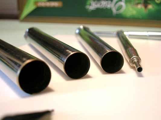 obr. č.35 - Detaily zabroušení kulatých vytínačů z anténky a propisovačky - protože jsou tyto trubičky z tenkého plíšku, je nutno ostří zabrousit jen lehce do tupého úhlu, aby se materiál příliš neztenčil.