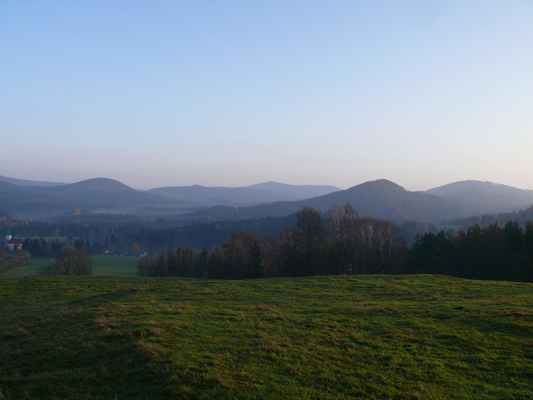 zleva : srní hora, konopáč, oba vrcholy pěnkaváku, popelová hora a velký buk...
