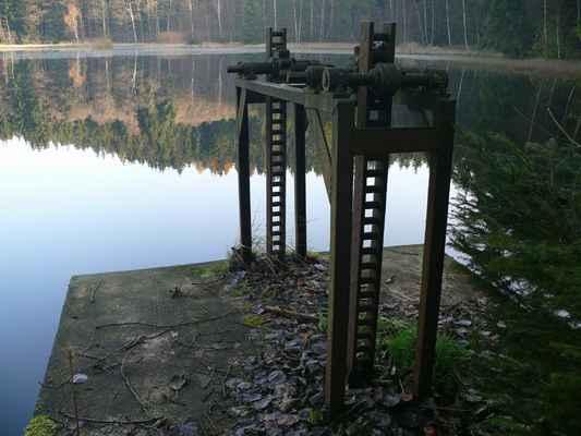 v minulosti se zde zadržená voda využívala k pohonu hamru na drcení železné rudy a k plavení dříví na pilu v dolním falknově. dnes slouží jako zásobárna pitné vody...