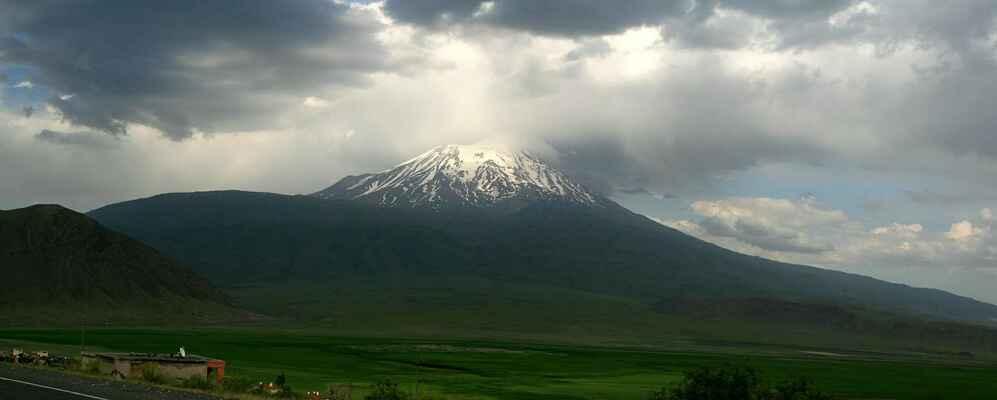 Když jsme se v Turecku přehoupli přes poslední sedlo, vynořil se Ararat (5164 m.n.m.)...