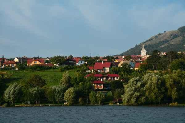 Pohled na kostel a domky v Pavlově.