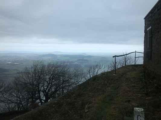 vpravo je zbytek vrcholové chaty, která 8. ledna oslaví 70 let od úmyslného zapálení. nebyla již nikdy obnovena...