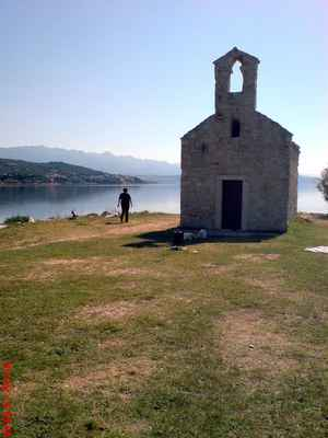 kaplička na ostrůvku u Posedarje