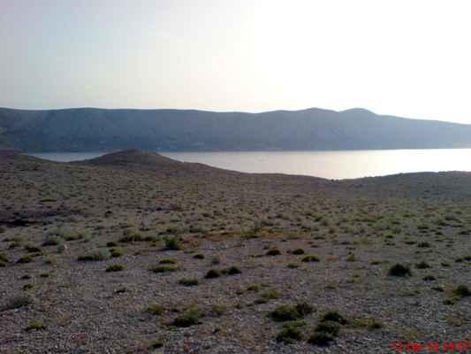 Pohled na Bošanu přes Paški zaliv, v pozadí Sveti Vid 349 m n.m. nejvyšší bod ostrova