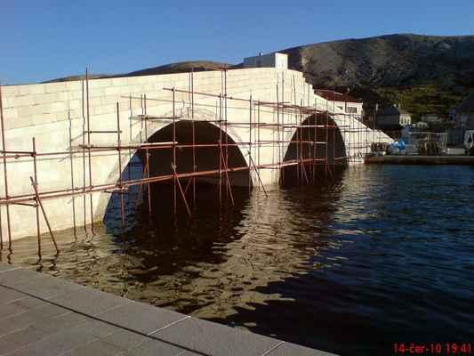 stavba nového mostu na městskou pláž v Pagu