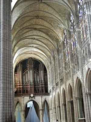 basilika Saint-Denis - pohřebiště francouzských králů, až na tři výjimky se zde nalázají ostatky všeh monarchů panujících od 10.století  do roku 1789