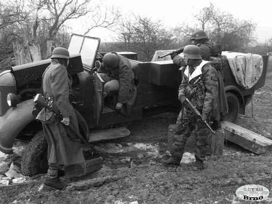 Příslušníci 46.Grenadier Division zajišťují právě zneškodněné sovětské kořistní vozidlo. Nyní je opět v německých rukou. Okolí Bicske, Maďarsko 1945