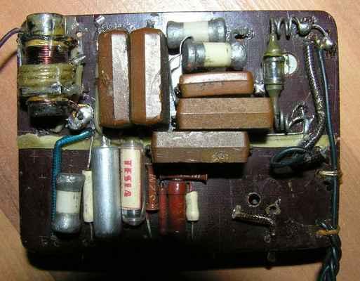 Jednopovelový 4-elektronkový přijímač z roku 1958 - pohled z druhé strany