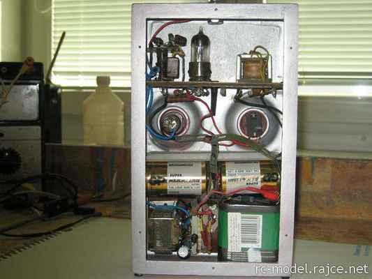 Vysílač Gama - úprava spočívala vestavěním tranzistorového měniče napětí, místo původní anodové baterie o napětí 90V pak stačily 2 ploché baterie s celkovým napětím 9V