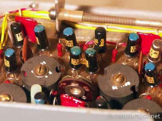 Dobře jsou patrné součástky pásmových kmitočtových filtrů pro generaci jednotlivých modulačních kmitočtů s tzv. hrníčkovými ručně vinutými feritovými transformátory. Vysílač byl osazen výhradně germaniovými tranzistory typu 103NU71 v NF části, ve VF pak typy OC170 apod. Z polovodičů jsou ještě dobře patrné detekční hrotové zlaté diody typu OA7.