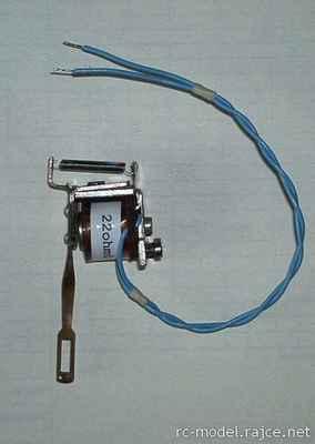 Elektromagnetické spínací relé používané jako vybavovač jednokanálového signálu