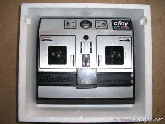 Legendární československý modelářský proporcionální 6-kanálový vysílač Modela z konce 70. let minulého století, zde inovovaná verze z poloviny 80-tých let - typ T6AM/FM27.