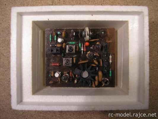 Výměnný VF modul Modela - zde verze FM27 - tj. verze s frekvenční modulací pracující v pásmu 27MHz.