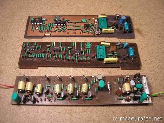 Porovnání původního 4.kanálového kodéru vysílače Modela (vpředu) se 7.kanálovými kodéry typu Variant 1. a 2.generace.