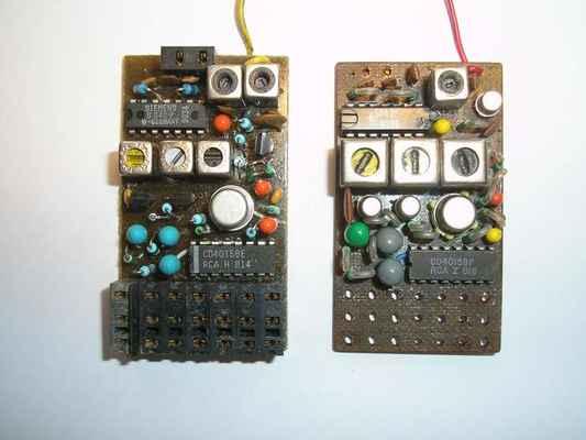 Vlevo přijímač Modela R6AM35 a vpravo přijímač upravený na MF transformátory 10x10, které byly mnohem selektivnější.
