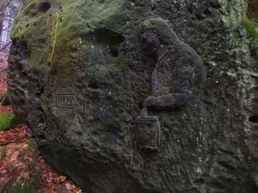 reliéf vytvořil snad v roce 1883 neznámý kameník z nedalekého kamenolomu svou neškolenou rukou...