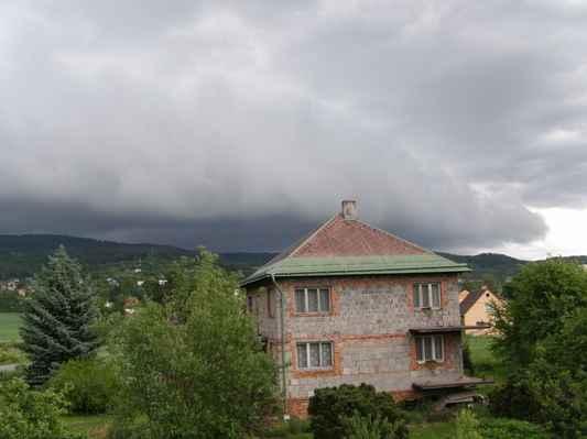 Shelf cloud - Shelf cloud nad Jestebími horami