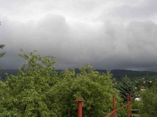 Oblaky nad Jestřebími horami - Vařící se oblačnost různých směrů pohybu