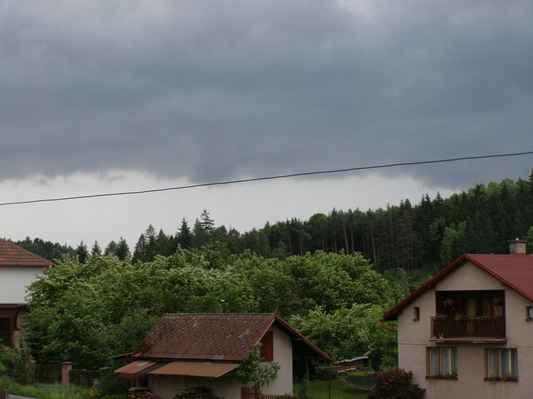 Rozhraní oblačnosti nad Úpicí - Ve světlém poli se objevovaly CC blesky