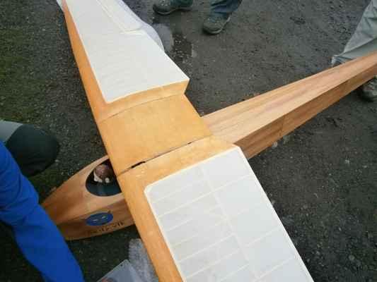 Střed křídla má jen kryt, žádný centroplán.