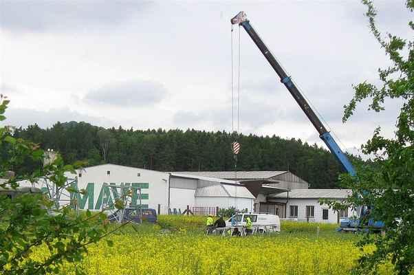 v polích u Soběraze se montují vrchní konstrukce stožárů