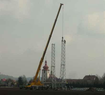 pátek 13 dubna 2012 - stavění konstrukce stožáru za Svatošovými
